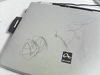 落書きされたノートパソコン