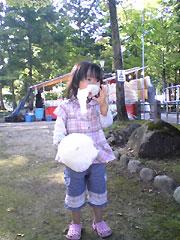 わた菓子を食べる娘
