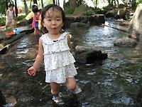 水で遊ぶ娘