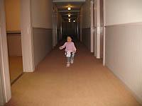 廊下を走る娘