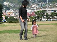 芝生で遊ぶ娘
