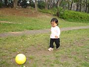 ボールで遊ぶ娘