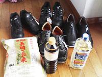 靴と醤油と油と米